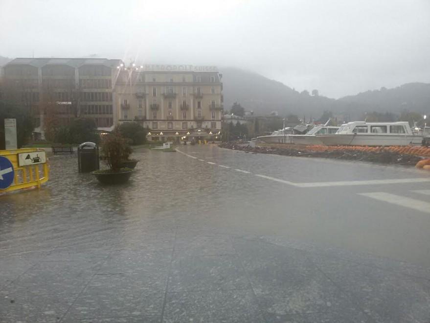 Como, il lago arriva in piazza: circolazione in tilt