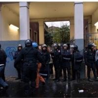 Aler, tensione allo sgombero: pietre ed estintori contro la polizia. Due arrestati