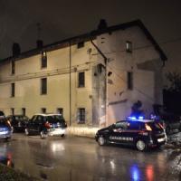 Milano, uomo accoltellato in un camper: lo hanno colpito 15 volte all'addome e alla schiena