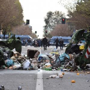 Milano, guerriglia al Corvetto: due centri sociali sgomberati. Barricate per strada e cariche