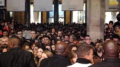 Foto  Troppa calca in centro per Fedez il rapper non può incontrare i suoi fan