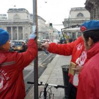 Milano, i volontari ripuliscono corso Baires dagli adesivi