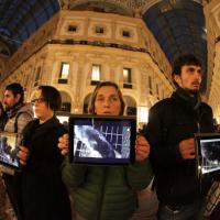 Milano, in centro il video-mob degli animalisti con i tablet