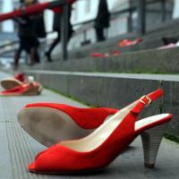 Violenze sulle donne, a Milano scarpe rosse in tribunale
