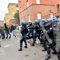 Milano, sgombero al Giambellino: sassi contro la polizia