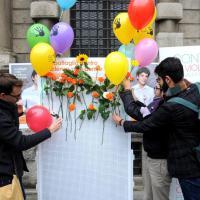 Violenza sulle donne, a Milano gli uomini portano rose