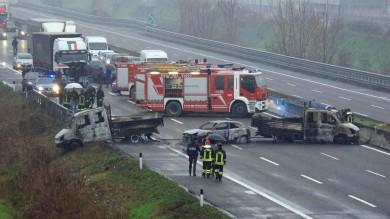 Terrore sulla A1 a Lodi, camion incendiati fallito assalto da 5 milioni al portavalori   vd