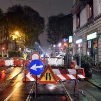 Maltempo, a Milano una voragine fra i binari del tram in via Lazzaretto: