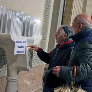 Bergamo, il candelabro funziona con la carta di credito: rimosso dopo le polemiche