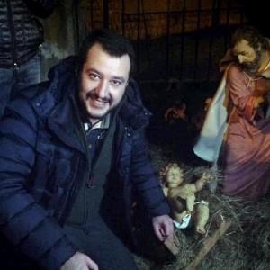 """Bergamo, Salvini porta a scuola il presepe negato dal preside: """"Giù le mani dalla religione"""""""