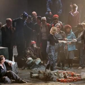 Scala, è il giorno della prima: anche un bacio saffico per il Fidelio con i cantanti in jeans