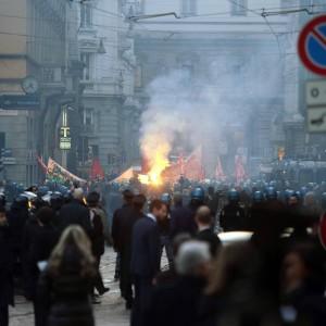 Scala, scontri alla prima: carabinieri e manifestanti feriti. Ma il Fidelio ha convinto tutti