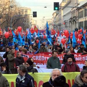 Sciopero generale, 50mila in piazza a Milano: cariche al Pirellone. Disagi per i pendolari