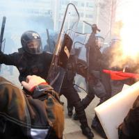 Milano, gli scontri fra studenti e polizia al Pirellone