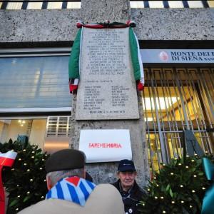 Milano, l'Anpi commemora Piazza Fontana in Comune e Fratelli d'Italia lascia l'aula