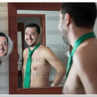 Salvini nudo sotto il piumone: scatti benefici all'asta