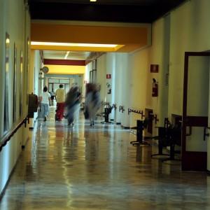 Lecco, i medici segnavano turni fino a 26 ore al giorno: indagati in 9 fra colleghi e dirigenti Asl
