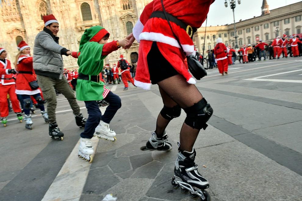 Milano, i Babbo Natale sui pattini invadono piazza Duomo