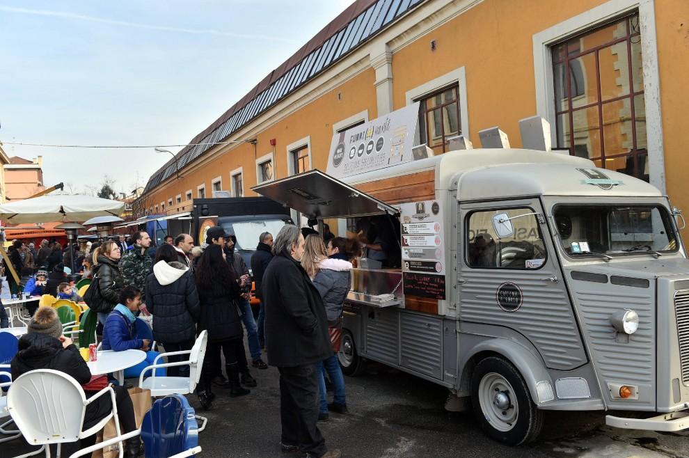Solo con le mani a milano trionfa lo street food 1 di 1 for Cargo via meucci