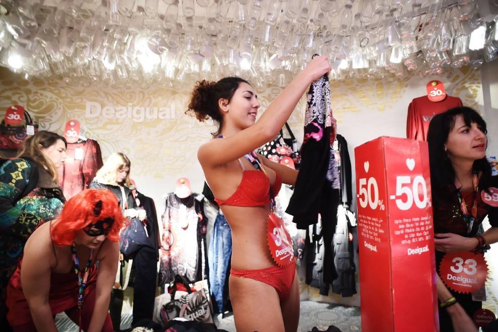 Saldi esagerati: a Milano entri nudo e ti vesti gratis