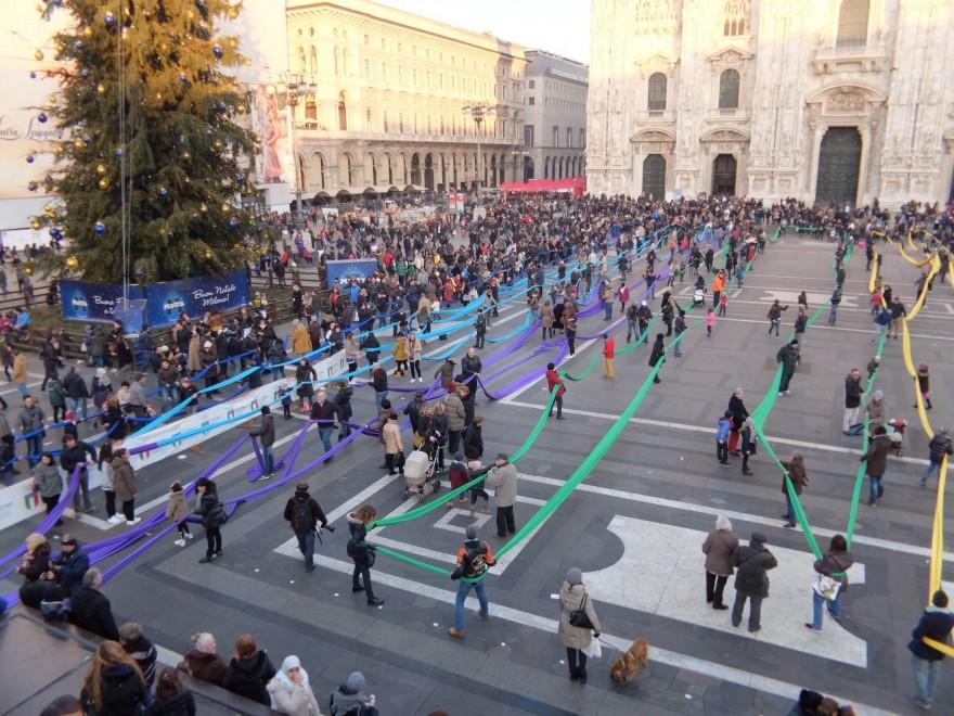 Milano, ecco la calza più lunga del mondo: è 2 chilometri