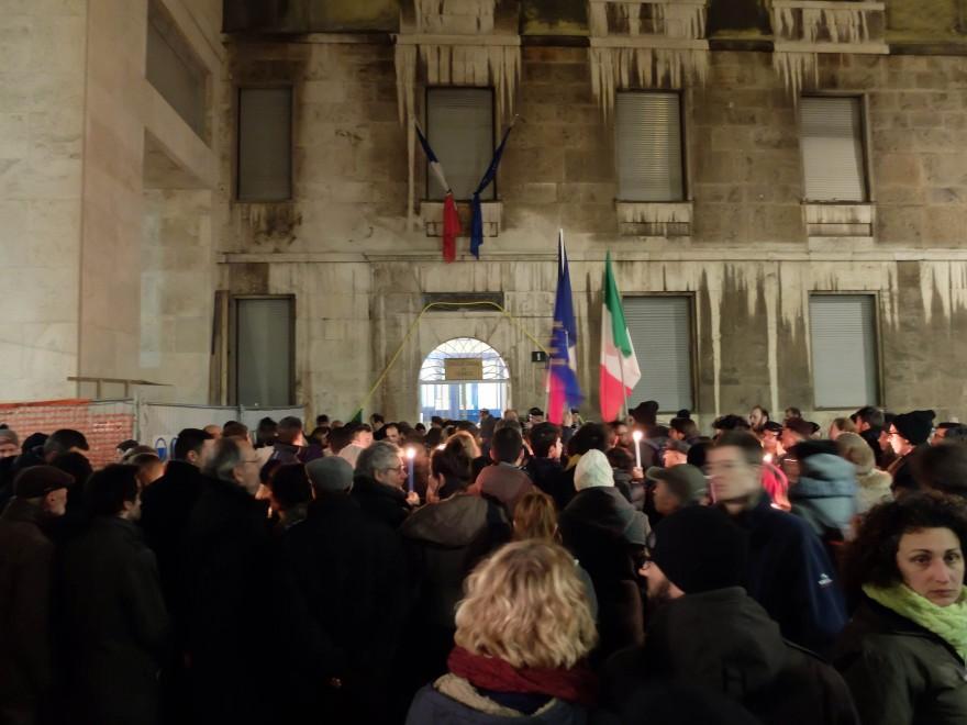 Milano, fiaccolata di solidarietà dopo la strage di Parigi ...