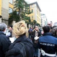 Milano, quattro ore per pagare una multa: un sabato in coda in via Friuli. Infuriati gli utenti