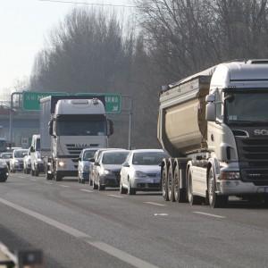 Varese, scontro sull'autostrada dei Laghi: un morto e 5 feriti, coinvolti anche due camion