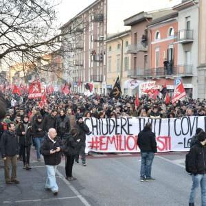 Cremona, guerriglia al corteo dei centri sociali per il ferito negli scontri con Casa Pound