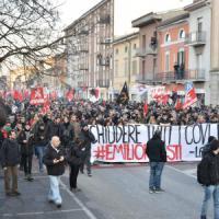 Cremona, guerriglia al corteo dei centri sociali per il ferito negli scontri con Casa...