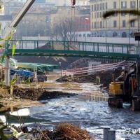 Milano, sulla Darsena la posa della passerella per l'Expo