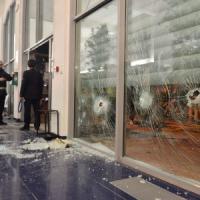 """Guerriglia con gli antagonisti, Cremona conta i danni. E i 99 Posse: """"Più bastoni, meno..."""