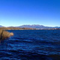 Varese, il lago di Comabbio nel blu dipinto di blu
