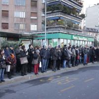 Milano, guasto sulla linea 1 del metrò: l'assalto ai bus