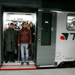 """Trenord si scusa con i pendolari lombardi: """"Il nostro servizio è inaccettabile, sembra l'India"""""""