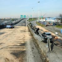 Milano, fuori strada dopo un tentato furto: 2 morti e 3 feriti nell'auto in fuga dai...