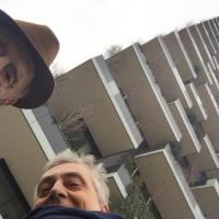 Milano, il selfie di Gillo Dorfles al Bosco verticale