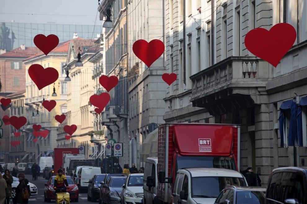 San valentino 120 cuori rossi in via montenapoleone 1 for Immagini di cuori rossi