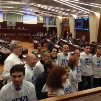 """Pirellone, leghisti in aula con la t-shirt 'Renzi a casa': Cecchetti viene espulso e grida """"vergogna"""""""