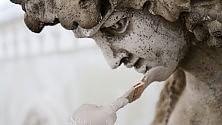 Ultimi ritocchi in Galleria il 'make up' delle statue   Vd  Backstage dei lavori