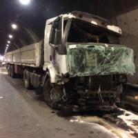 Brescia, camion perde carico d'acciaio in galleria: 2 morti e 3 feriti. Grave un 12enne