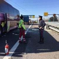 Milano, paura sull'A4: scontro tir pullman di studenti. Una cinquantina i feriti, grave...