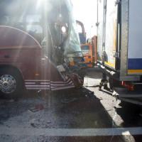 Milano, paura sull'A4: scontro fra due tir e un pullman di studenti. 44