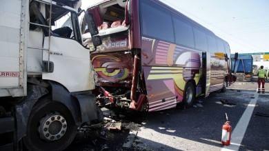 Agrate, paura sull'A4: scontro fra due tir   ft   e pullman studenti: 44 feriti, nessuno grave