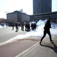 Studenti in piazza a Milano: sassi sulla Regione