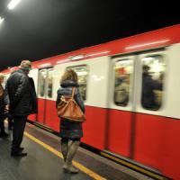 Milano, 89enne denunciato per violenza sessuale: molestava una sedicenne in metrò