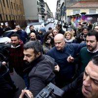 Milano, Salvini nel palazzo degli abusivi: urla dagli antagonisti, lui va via mostrando...