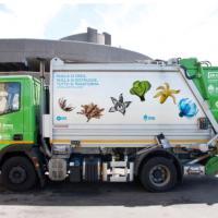 Milano, sui camion dei rifiuti spuntano i fiori per Expo