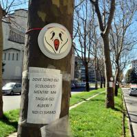 Milano, faccine sugli alberi contro i tagli per il metrò 4