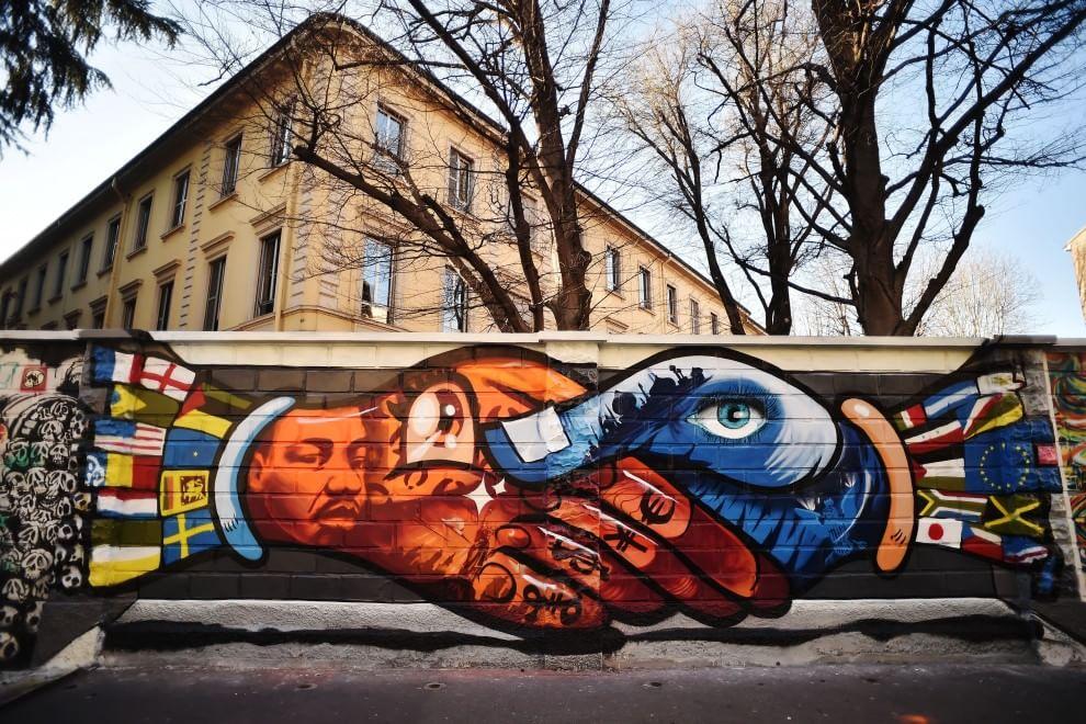 Milano, i murales dei liceali colorano via Padova